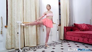 Alterable Russian teen Anna Krowe lifts her miniskirt round be fucked