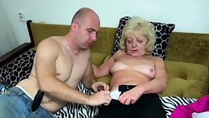 Age-old blonde bimbo gets her cunt dildoed