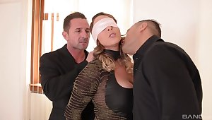 Naughty wed Victoria Summers gets her first MMF threesome
